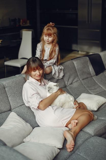 Mère avec fille à la maison Photo gratuit