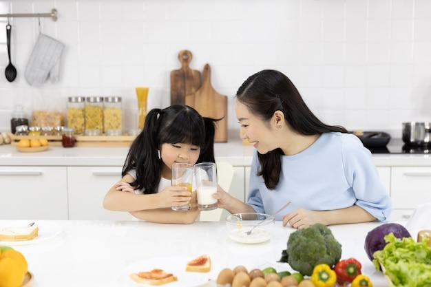 Mère et fille mangent petit déjeuner Photo Premium