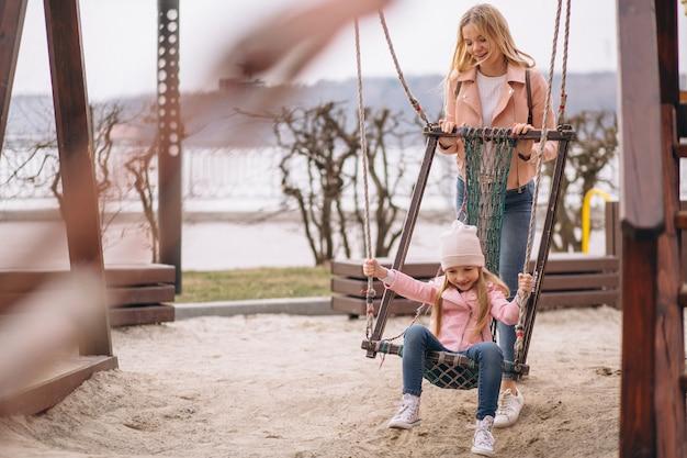 Mère avec fille marchant dans le parc Photo gratuit