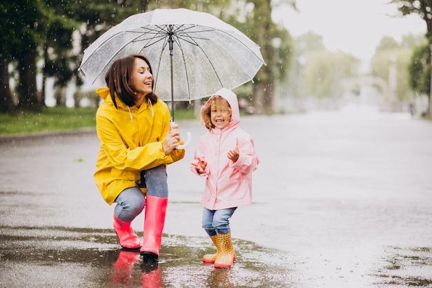 Mère, Fille, Marche, Pluie, Parapluie Photo gratuit