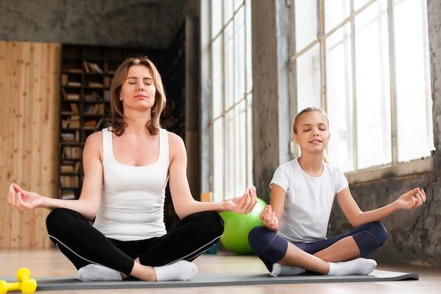 Mère Fille, Méditer, Sur, Natte Yoga Photo gratuit