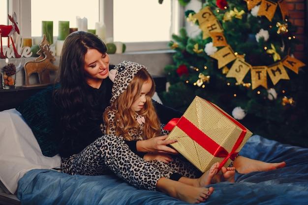 Mère avec fille mignonne Photo gratuit