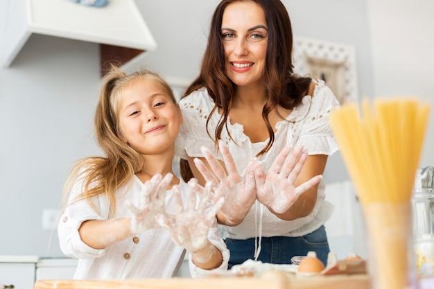 Mère et fille montrant leurs mains Photo gratuit
