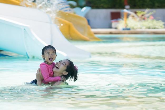 Mère Et Fille Nageant Dans Le Parc Aquatique Photo Premium