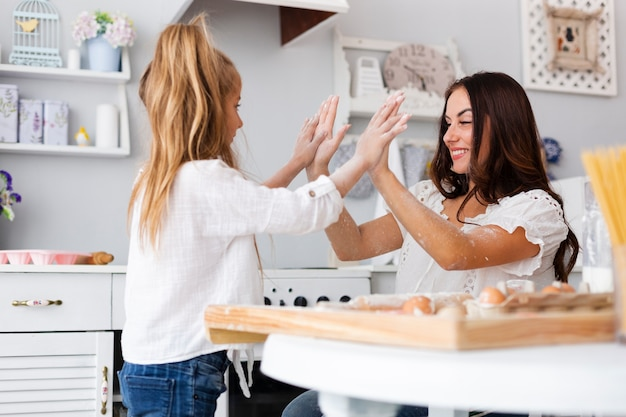 Mère et fille, passer du temps ensemble dans la cuisine Photo gratuit