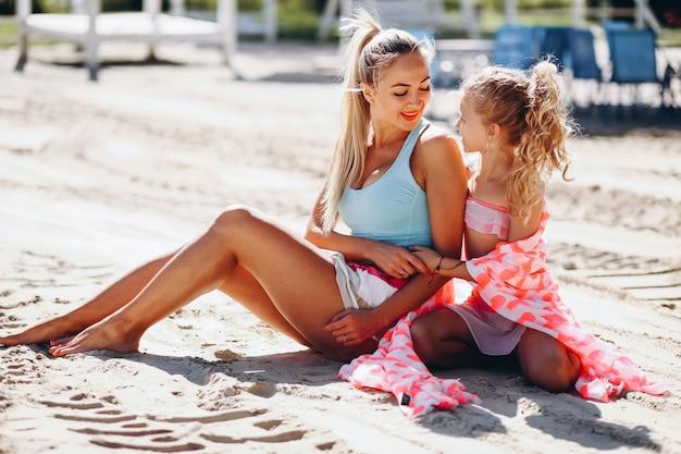 Mère et fille à la plage Photo gratuit