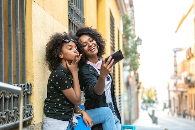 Mère Et Fille Prenant Un Selfie Ensemble Photo Premium