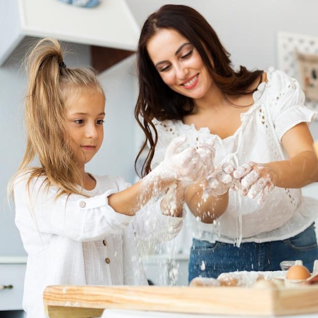 Mère et fille préparant la pâte Photo gratuit