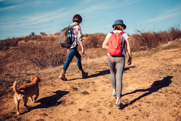 Mère, fille, randonnée, sentier montagne Photo Premium