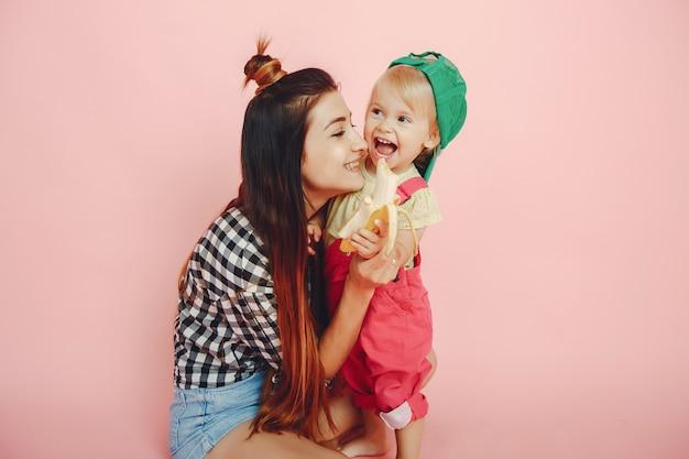 Mère et fille s'amusent dans un studio Photo gratuit