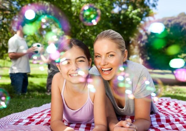Mère et fille s'amuser dans le parc Photo Premium