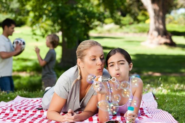 Mère et fille s'amuser Photo Premium