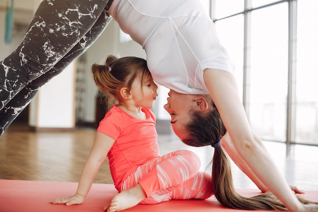 Mère et fille s'entraînant dans un gymnase Photo gratuit