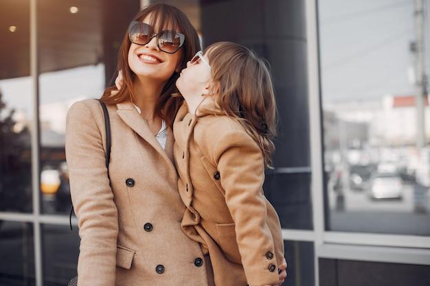 Mère et fille avec un sac dans une ville Photo gratuit