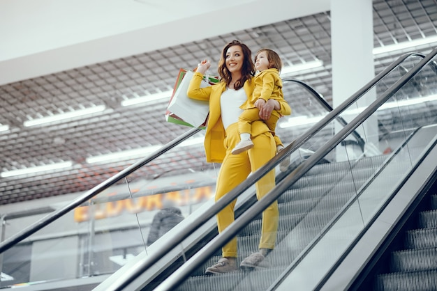 Mère et fille avec sac Photo gratuit