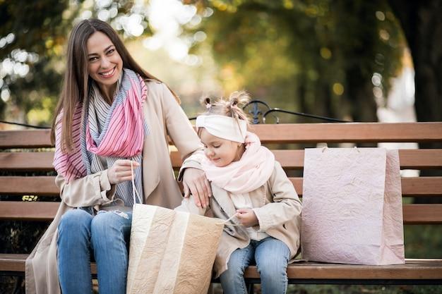 Mère Et Fille Shopping Photo gratuit