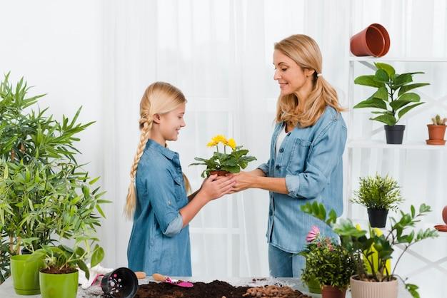 Mère Fille, Tenue, Pot Fleur Photo gratuit