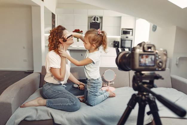 Mère Et Fille Tire Un Blog Beauté Photo gratuit