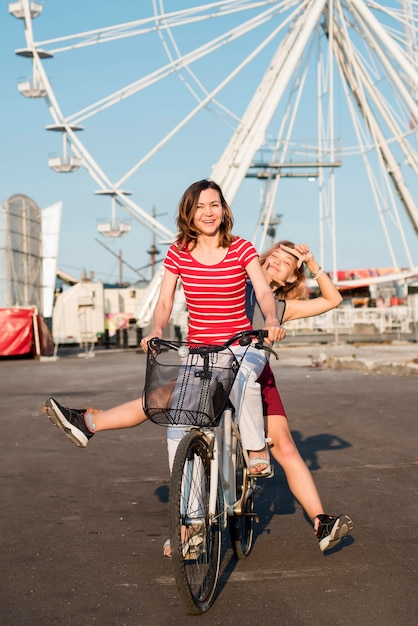 Mère Et Fille à Vélo Photo gratuit