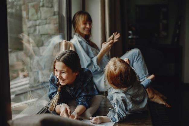Mère avec filles à la maison Photo gratuit