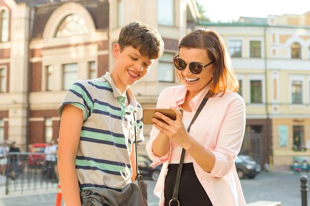 Mère Et Fils Adolescents Regardent Le Téléphone Mobile Photo Premium