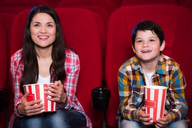 Mère avec fils au cinéma Photo gratuit