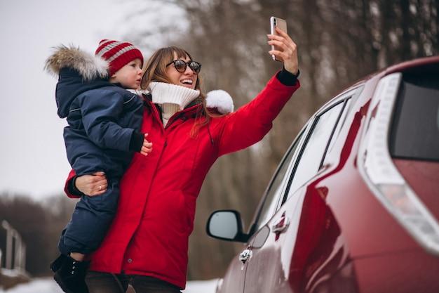 Mère Avec Fils Debout En Voiture Photo gratuit