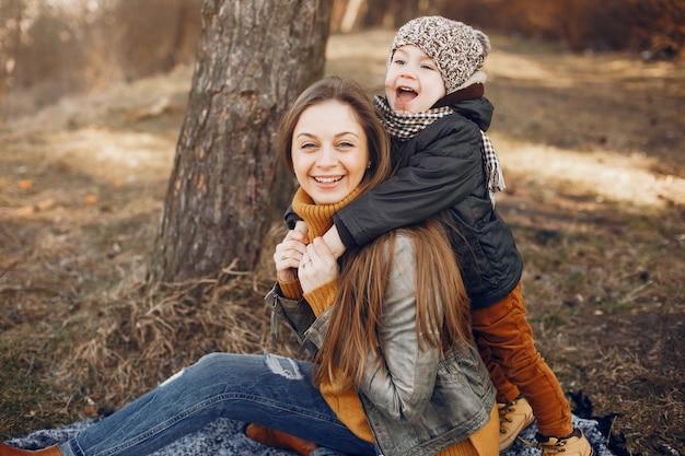 Mère Avec Fils Jouant Dans Un Parc D'été Photo gratuit