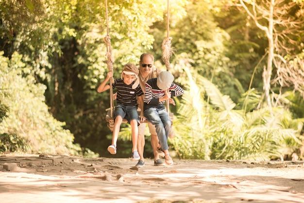 Mère et fils jouent swing avec heureux ensemble Photo Premium
