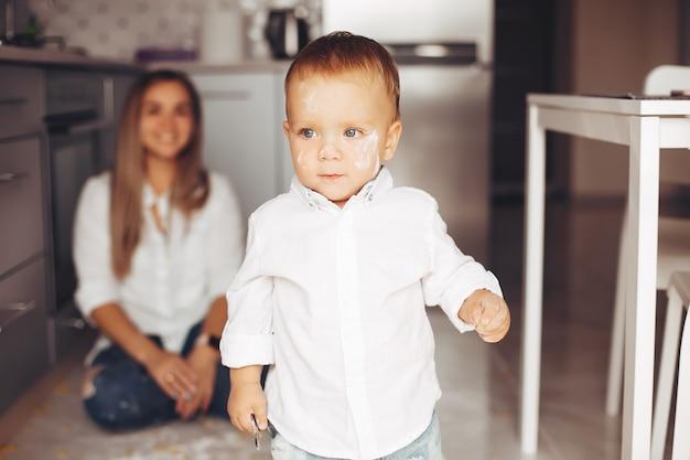 Mère avec fils à la maison Photo gratuit