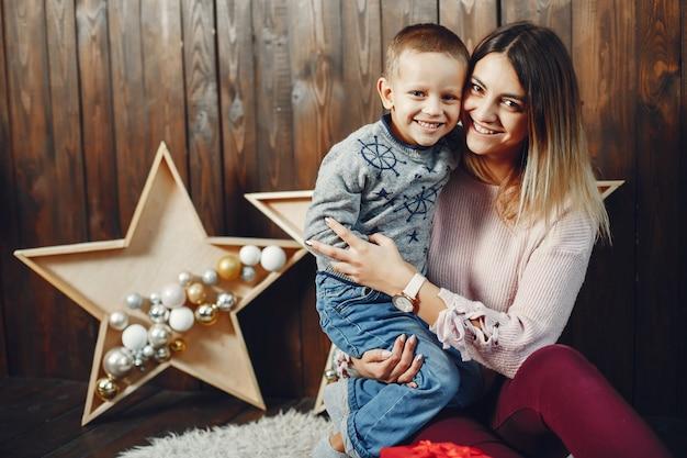Mère avec fils mignon fête noël Photo gratuit