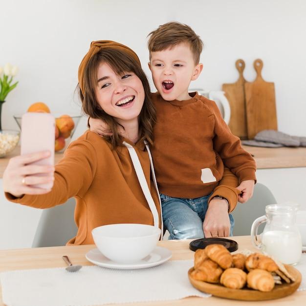 Mère Et Fils Prenant Des Selfies Photo gratuit