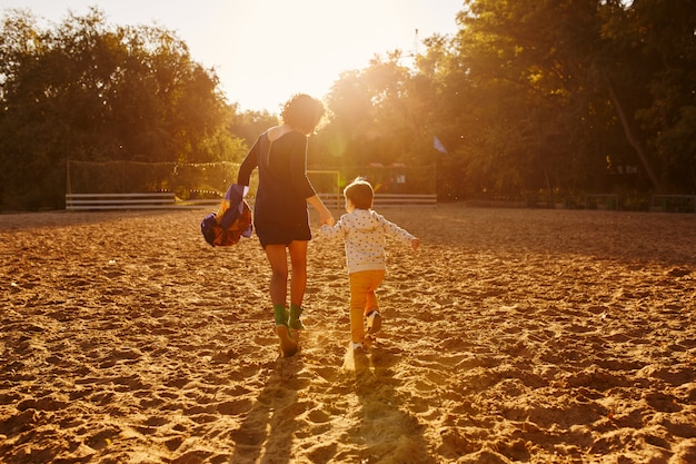 Mère et fils s'amusant au bord du lac Photo gratuit