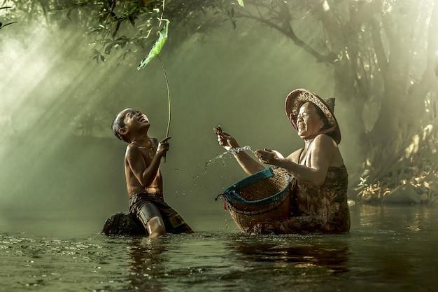 Mère et fils souriant à un ruisseau. Photo Premium