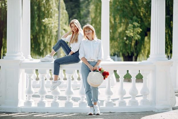 Mère avec jeune fille dans un parc d'été Photo gratuit
