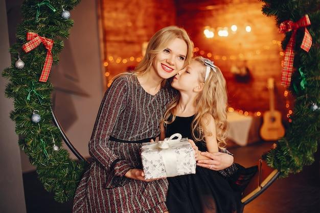 Mère avec jolie fille à la maison Photo gratuit