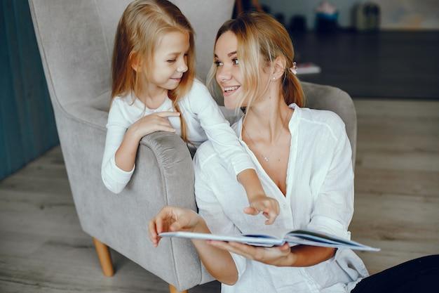Mère lisant un livre avec sa fille Photo gratuit