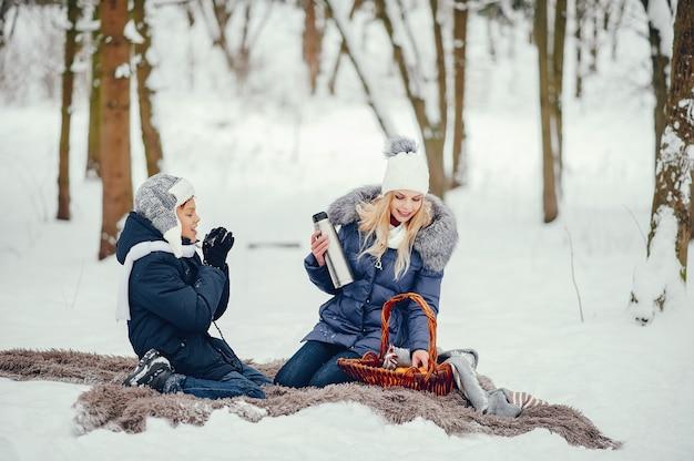 Mère avec mignon fils dans une hiver hiver Photo gratuit