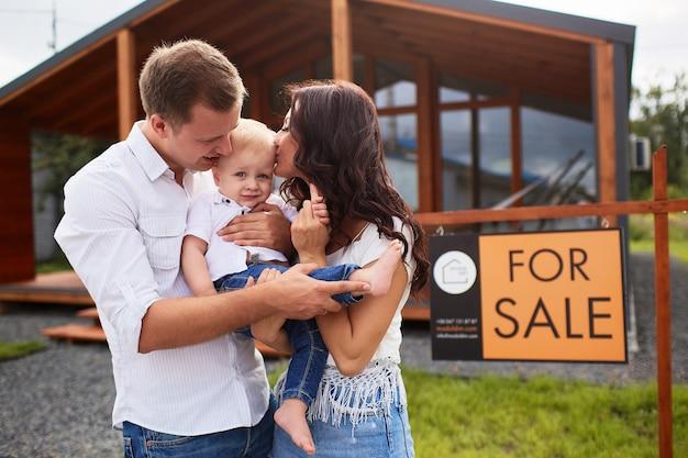 La mère et le père embrassant leur fils Photo gratuit