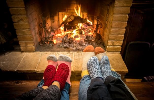 Mère, père, et, enfants, séance, à, cheminée, chez soi Photo Premium