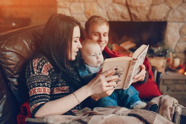 Mère Et Père Lisant Un Livre Avec Bébé Au Milieu Photo gratuit
