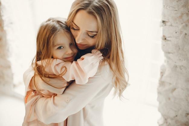 Mère Avec Petit Enfant Chez Hme Photo gratuit