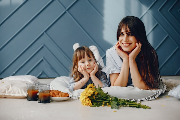 Mère avec petit enfant à la maison Photo gratuit