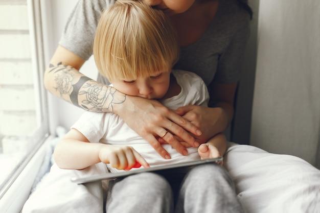 Mère Et Petit Fils Assis Sur Un Rebord De Fenêtre Photo gratuit