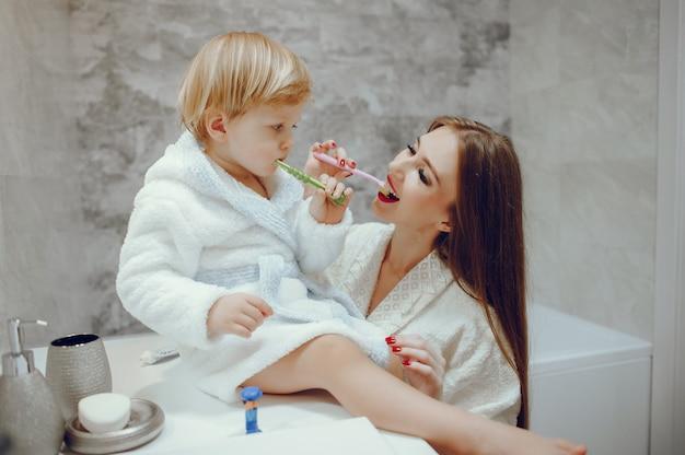 Mère avec petit fils dans une salle de bain Photo gratuit