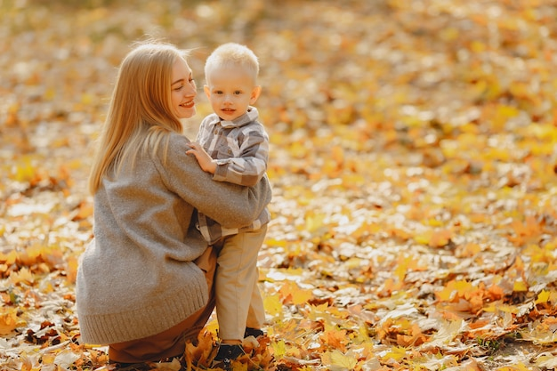 Mère Avec Petit Fils Jouant Dans Un Champ D'automne Photo gratuit