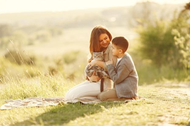 Mère Avec Petit Fils Jouant Dans Un Champ D'été Photo gratuit