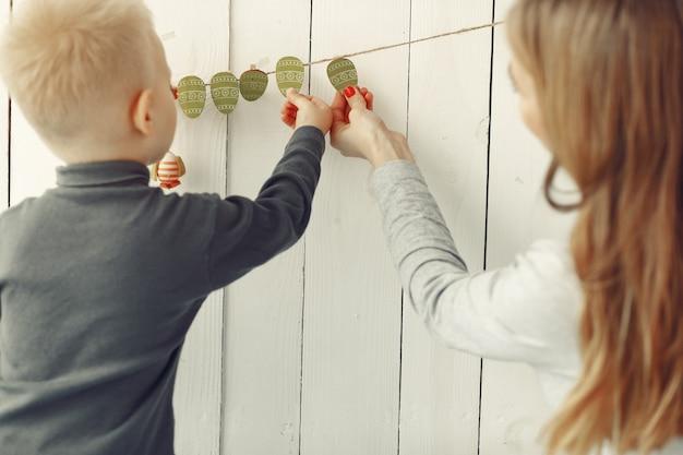Mère Et Petit Fils Jouant à La Maison Photo gratuit