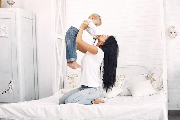 Mère et petit fils s'amusent à la maison Photo gratuit