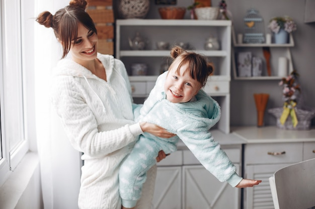 Mère avec petite fille dans une chambre Photo gratuit